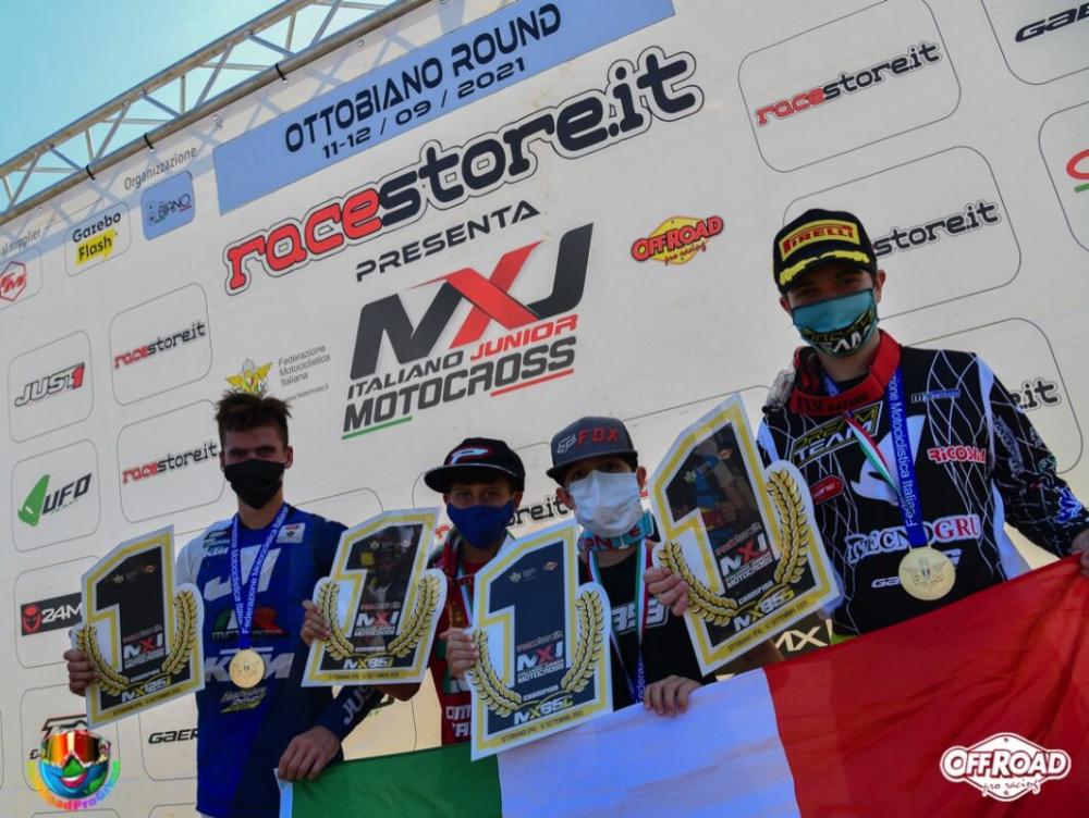 Valerio Lata il primo a sx con la targa di campione tricolore